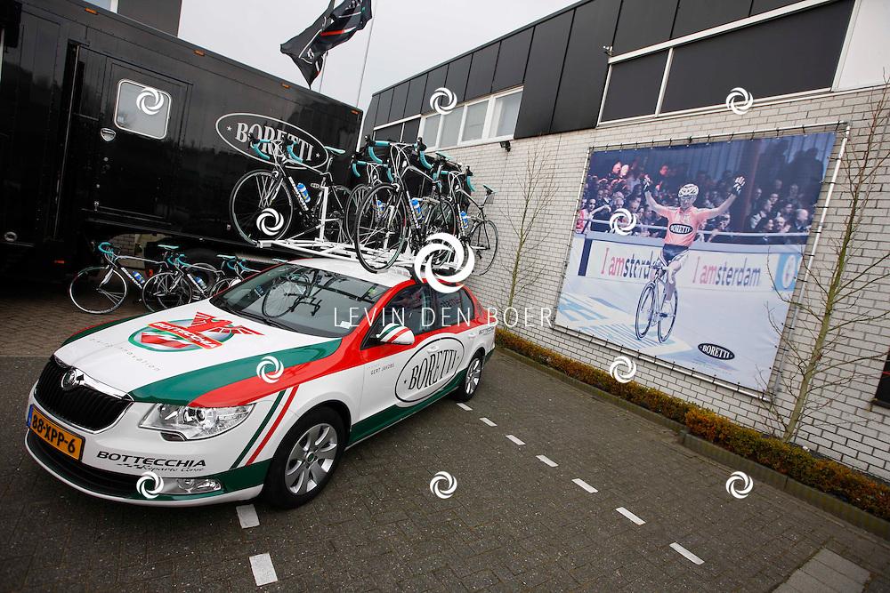 AMSTERDAM - Bij de hoofdsponsor Boretti is het nieuwe Sterrenfietsteam voor 2013 bekend gemaakt. Met op de foto  de sponsorwagen van Skoda die tijdens de beklimming zal meerijden. FOTO LEVIN DEN BOER - PERSFOTO.NU