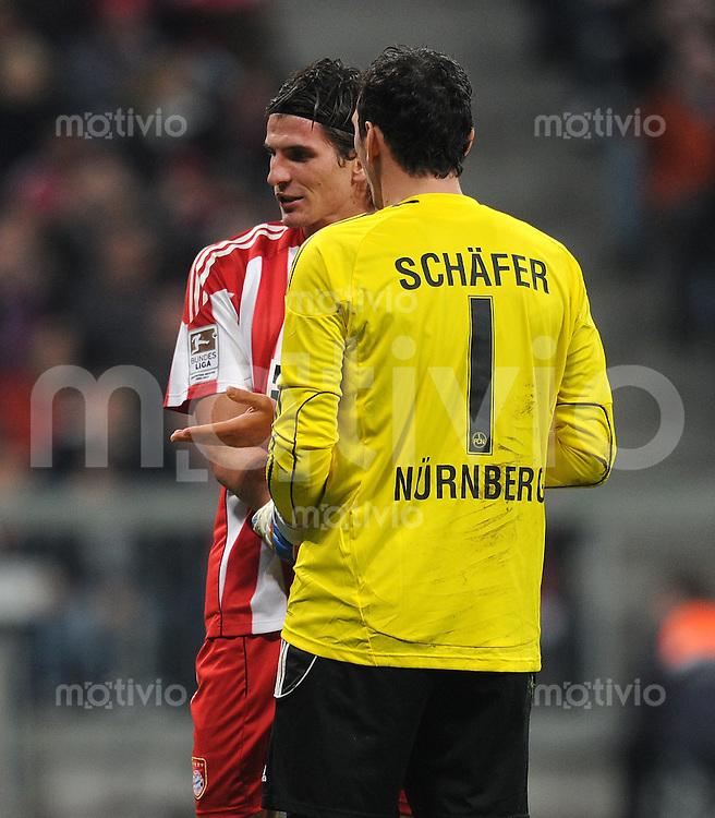 Fussball 1. Bundesliga :  Saison   2010/2011   12. Spieltag  14.11.2010 FC Bayern Muenchen - 1 FC Nuernberg Mario Gomez (li, FC Bayern Muenchen) spricht vor dem ELFMETER mit Torwart Raphael Schaefer (re, 1 FC Nuernberg)