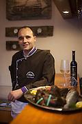 Koch Karel Matyas mit einem Teller frischen Meer Spezialitäten fotografiert im Fischrestaurant Chorvatske Mlyn in Prag 6.
