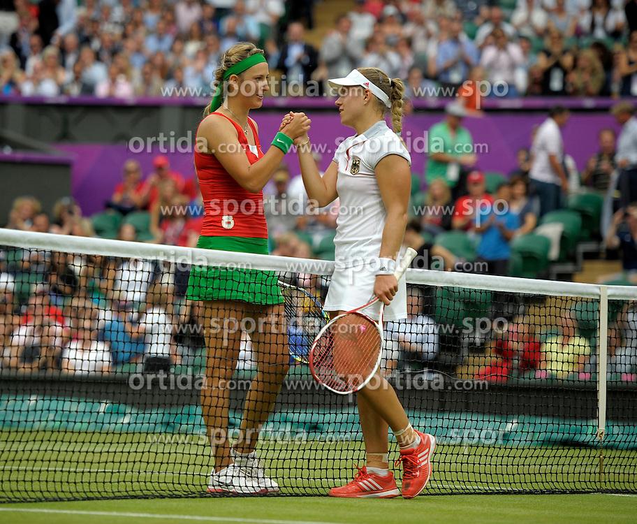 02.08.2012, Olympische Sommerspiele 2012 in London, Tennis in Wimbledon, Damen Viertelfinale,  Victoria Azarenka (li, BLR) gewinnt gegen Angelique Kerber (re, GER) auf dem Centre-Court. Shakehands nach dem Match am Netz....*Copyright by:  M.i.S.-Sportpressefoto, I N N S B R U C K E R S T R . 12, 87719 M I N D E L H E I M, Tel: 08261/20944,  (MAIL: misbernd@t-online.de, Homepage: www.mis.mn)