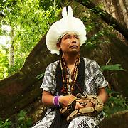 Ixa Huni Kuin tient dans ses mai un boa blanc. Le serpent le plus vénéré par les peuples de cette forêt.   Ixa Huni Kuin com a Giboia Branca umas dose seres sagarados  dos Huni Kuin que tem um dos spireto o mais encantado.