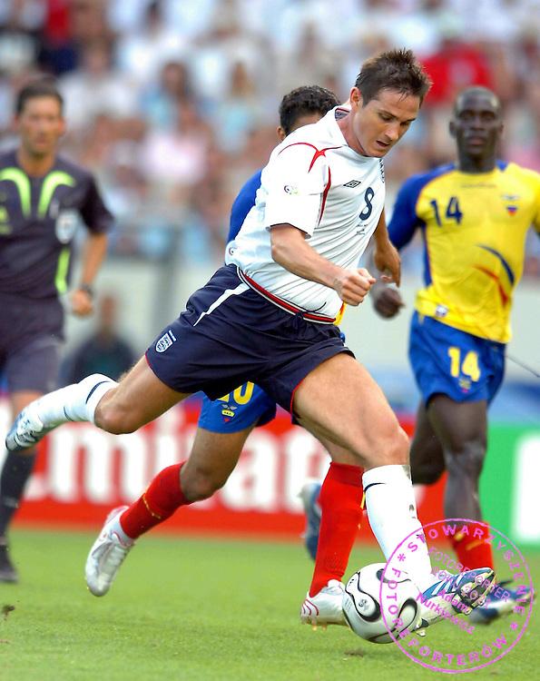 n/z.: Frank Lampard (nr8-Anglia) podczas meczu rundy 1/8 Anglia (biale) - Ekwador (zolte) 1:0 podczas turnieju finalowego Mistrzostw Swiata Niemcy 2006 , pilka nozna , Niemcy , Stuttgart , 25-06-2006 , fot.: Adam Nurkiewicz / mediasport..Frank Lampard (nr8-England) during soccer match 1/8 round  in Stuttgart during World Cup 2006. June 25, 2006 ; England (white) - Ecuador (yellow) 1:0 ; football , Germany , Stuttgart ( Photo by Adam Nurkiewicz / mediasport )