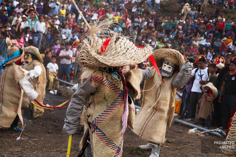 Tlacololeros se golpean en el cuerpo con su chirri&oacute;n (l&aacute;tigo). El golpe de chirri&oacute;n representa los truenos, pero tambi&eacute;n ayuda a imponer distancia entre los peleadores y espectadores.<br /> <br /> Cada a&ntilde;o, Ind&iacute;genas nahuas de Acatl&aacute;n, municipio de Chilapa, Guerrero, protagonizan en las alturas del Corozco o &quot;Lugar de las Cruces&quot;, la Pelea de Tigres para atraer la lluvia y mejorar las cosechas. En el batimiento participan hombres, pero tambi&eacute;n mujeres y ni&ntilde;os. La creencia es que mientras m&aacute;s peleas haya, mejores lluvias habr&aacute; para el campo. (Foto: Prometeo Lucero)