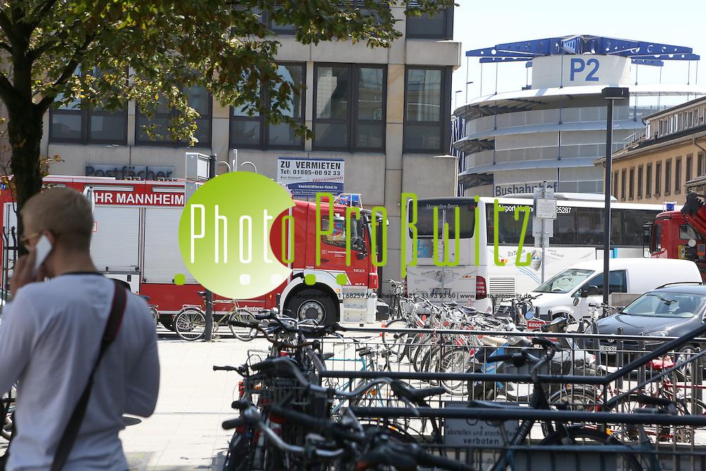 Mannheim. 23.07.2012. Hauptbahnhof. Einsatz der Berufsfeuerwehr Mannheim.<br /> Die Mannheimer Feuerwehr ist seit Montagmittag am Hauptbahnhof im Einsatz, da ein InterCity &divide;l verliert. An den Gleisen Drei und Vier k&circ;nnen bislang keine Z&cedil;ge ein- und ausfahren. Fahrg&permil;ste m&cedil;ssen sich auf Versp&permil;tungen und Umleitungen einstellen.<br /> <br /> <br /> Bild: Markus Proflwitz 23JUL12 / masterpress /