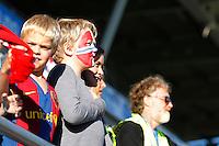 ÅLESUND 20100903: Ca 2500 tilskuere på plass for å se U-21 landskampen i fotball mellom Norge og Kypros på Color Line Stadion i Ålesund fredag kveld. Her hører noen av supporterne nasjonalsangen før avspark. Foto: Svein Ove Ekornesvåg