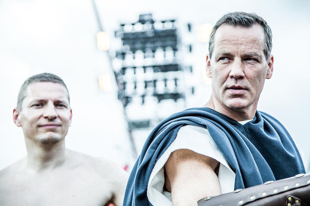 In der historischen Arena in Xanten begrüßen Matthias Opdenhövel und Mareile Höppner Promis wie Henry Maske und Ralf Moeller. Mit Wagenrennen, Gladiatorenkämpfen und Wissenswertem über das antike Rom.