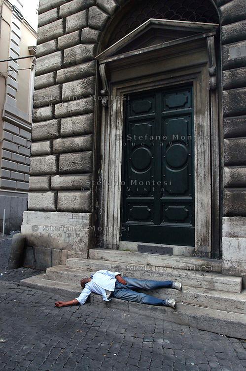 Roma 23 Giugno 2007.Un uomo dorme per strada  in via dei Fornari vicino Piazza Venezia   .Rome 23 June 2007.A man sleeping on the streets in via dei Fornari near Piazza Venezia