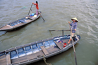 Vietnam. Delta du Mekong. Can Tho. Barque pour traverser le fleuve Mekong.  // Vietnam. Mekong Delta. Can Tho. Boat to cross the Mekong River.