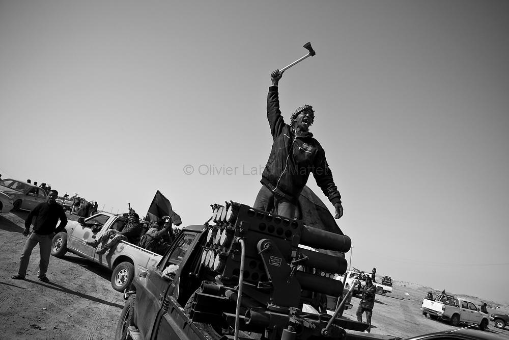 Des combattants rebelles célèbrent leur victoire sur l'armée loyaliste, le 26 mars 2011 après avoir pris la ville d'Aj Dabiya la nuit précédente.