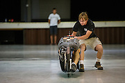 Het team van Toronto test hun Eta Speedbike in het civic center. In Battle Mountain (Nevada) wordt ieder jaar de World Human Powered Speed Challenge gehouden. Tijdens deze wedstrijd wordt geprobeerd zo hard mogelijk te fietsen op pure menskracht. Ze halen snelheden tot 133 km/h. De deelnemers bestaan zowel uit teams van universiteiten als uit hobbyisten. Met de gestroomlijnde fietsen willen ze laten zien wat mogelijk is met menskracht. De speciale ligfietsen kunnen gezien worden als de Formule 1 van het fietsen. De kennis die wordt opgedaan wordt ook gebruikt om duurzaam vervoer verder te ontwikkelen.<br /> <br /> The team of Toronto tests their Eta Speedbike at the civic center. In Battle Mountain (Nevada) each year the World Human Powered Speed ​​Challenge is held. During this race they try to ride on pure manpower as hard as possible. Speeds up to 133 km/h are reached. The participants consist of both teams from universities and from hobbyists. With the sleek bikes they want to show what is possible with human power. The special recumbent bicycles can be seen as the Formula 1 of the bicycle. The knowledge gained is also used to develop sustainable transport.
