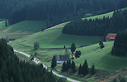Deutschland, Germany,Baden-Wuerttemberg.Schwarzwald.Landschaft bei Furtwangen, Tal mit Straße, Haus, Wiesen und Wald.Landscape near Furtwangen, valley with road, house, forest...