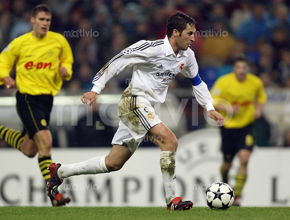 FUSSBALL Champions League 2002/2003 Gruppe C 3. Spieltag Real Madrid 2-1 Boeussia Dortmund   Raul (Real) am Ball
