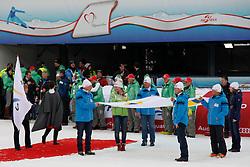 17.02.2013, Planai, Schladming, AUT, FIS Weltmeisterschaften Ski Alpin, Schlussfeier, im Bild Delegierte der WM 2015 in Vail, Beaver Creek, und Mikaela Shiffrin (USA) mit der FIS-Fahne // members of the organisation comitee of Vail, Beaver Creek 2015 and Mikaela Shiffrin with the FIS flag on Closing Ceremony at the FIS Ski World Championships 2013 at the Planai Course, Schladming, Austria on 2013/02/17. EXPA Pictures © 2013, PhotoCredit: EXPA/ Martin Huber