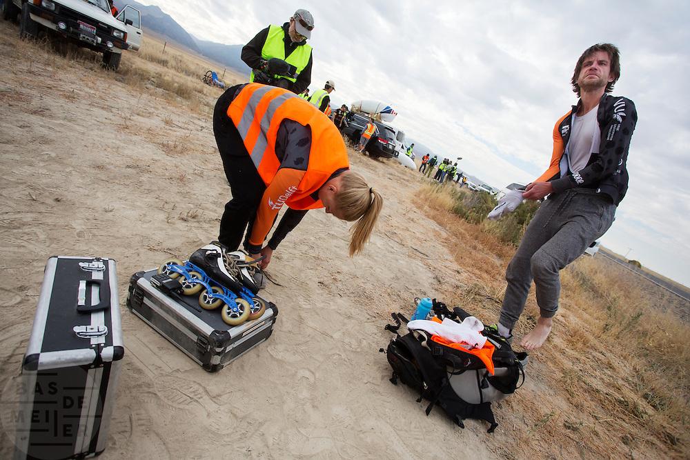 Op maandagochtend kwalificeert Jan Bos zich voor de races. Het Human Power Team Delft en Amsterdam (HPT), dat bestaat uit studenten van de TU Delft en de VU Amsterdam, is in Amerika om te proberen het record snelfietsen te verbreken. In Battle Mountain (Nevada) wordt ieder jaar de World Human Powered Speed Challenge gehouden. Tijdens deze wedstrijd wordt geprobeerd zo hard mogelijk te fietsen op pure menskracht. Het huidige record staat sinds 2015 op naam van de Canadees Todd Reichert die 139,45 km/h reed. De deelnemers bestaan zowel uit teams van universiteiten als uit hobbyisten. Met de gestroomlijnde fietsen willen ze laten zien wat mogelijk is met menskracht. De speciale ligfietsen kunnen gezien worden als de Formule 1 van het fietsen. De kennis die wordt opgedaan wordt ook gebruikt om duurzaam vervoer verder te ontwikkelen.<br /> <br /> The Human Power Team Delft and Amsterdam, a team by students of the TU Delft and the VU Amsterdam, is in America to set a new world record speed cycling.In Battle Mountain (Nevada) each year the World Human Powered Speed Challenge is held. During this race they try to ride on pure manpower as hard as possible. Since 2015 the Canadian Todd Reichert is record holder with a speed of 136,45 km/h. The participants consist of both teams from universities and from hobbyists. With the sleek bikes they want to show what is possible with human power. The special recumbent bicycles can be seen as the Formula 1 of the bicycle. The knowledge gained is also used to develop sustainable transport.
