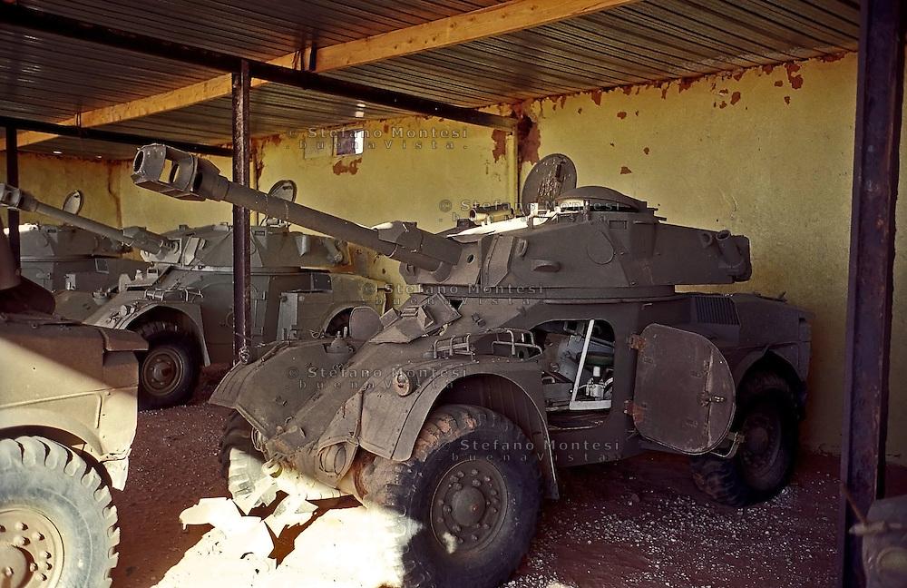 Sahara Occidentale.. Il Museo dell'Esercito di Liberazione Popolare (campo di Rabouni, 20 km a sud di Tindouf, Algeria),istituito con la Repubblica Araba Saharawi Democratica (RASD) governo (Fronte Polisario), mostra  le armi  catturate all'esercito marocchino durante la guerra (1976 -- 1991). .Questa mostra presenta anche alcuni documenti sulla prime azioni svolte da parte del Fronte Polisario dal 1973, inizialmente contro la colonizzazione spagnola e, più tardi, .contro l'esercito marocchino..The Museum of the People's Liberation Army (Rabouni camp, 20 km south of Tindouf, Algeria), set up by Sahrawi Arab Democratic Republic (SADR) government (Polisario Front), show the warfare seized to the Moroccan army during the wartime (1976-1991). This exhibit also shows some documents on the first actions carried out by the Polisario Front since 1973 initially against Spanish colonization and, later, against Moroccan army....