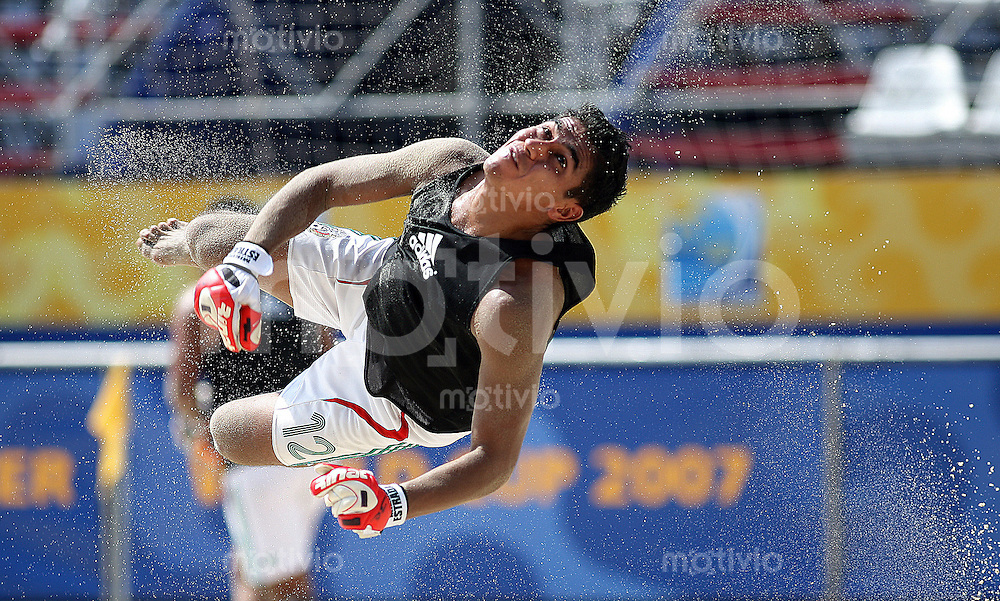 Futbol    FIFA Beachsoccer World Cup 2007 in Rio de Janeiro    31.10.07 Mexican Goalkeeper SALGUEIRO (MEX) jumps for the Ball.