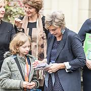 NLD/Baarn/20171010 - Laurentien aanwezig bij Dag van de Duurzaamheid, Prinses Laurentien signeert