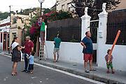 /EN/ A few neighbours getting ready for the annual street celebration. /ES/ Los vecinos se preparan para la fiesta de la calle.