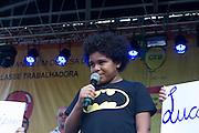 SAO PAULO, SP, 13.12.2013 - FESTA DE ANIVERSÁRIO DO CTB (CENTRAL DOS TRABALHADORES E TRABALHADORAS DO BRASIL) - O menino Lucas que foi impedido de fazer sua matricula em uma escola devido ao seu corte de cabelo e sua mãe durante a festa de aniversário da CTB (Central dos Trabalhadores e Trabalhadoras do Brasil) na Praça da República nesta sexta-feira (13).  (Foto: Marcelo Brammer / Brazil Photo Press).