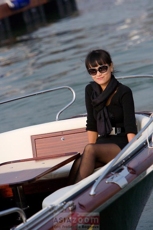 Voiture de luxe, bijou, belle femmes, Riva,  Architecture Venitiene.. … Non nous ne sommes pas en Italie mais dans la banlieue de Shanghai, a Pinghu. Dans le Zhejiang, pas de cote escarpe ni de plage de sable fin mais les eaux boueuse et vaseuse de l'embouchure de la Qiantang River dans la bie de Hangzhou.  On est loins de St Tropez, mais cela n'a pas empeche les grandes fortunes et VIPs  chinois de venir depenser leur argent lors de l'inauguration de la Nine Dragons Marina.