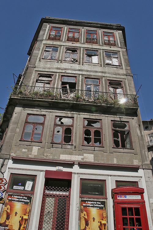 Abandoned building in Porto (Portugal).<br /> Edificio abandonado en Oporto (Portugal)