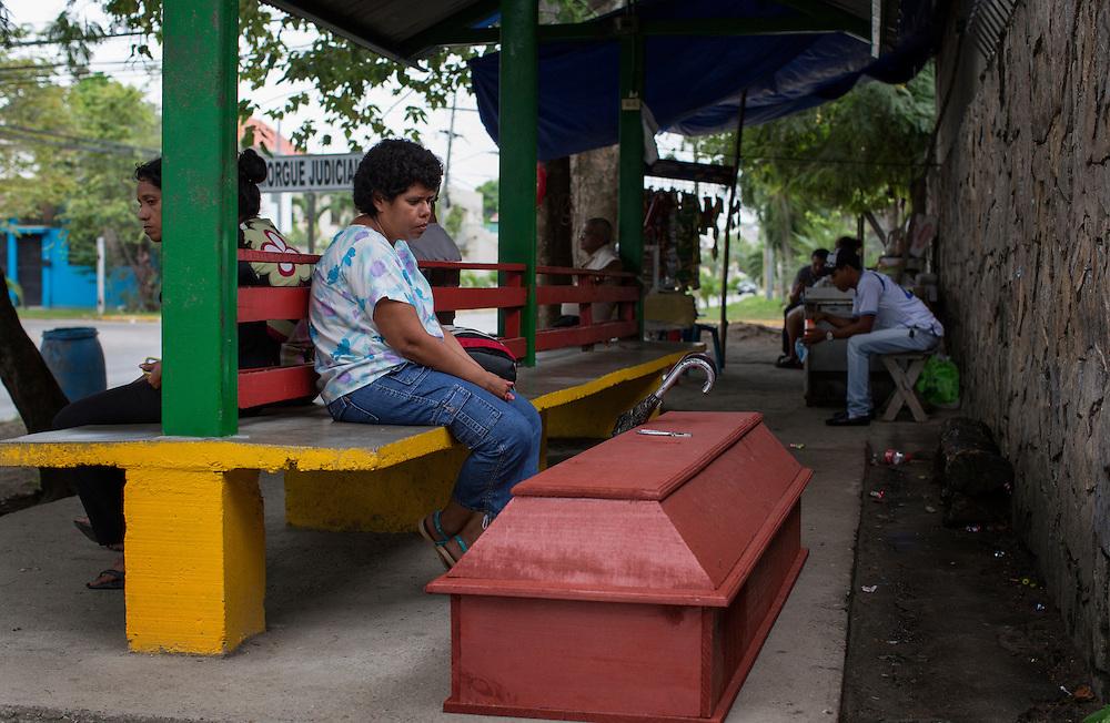 San Pedro Sula, Honduras<br /> <br /> Utanf&ouml;r b&aring;rhuset v&auml;ntar anh&ouml;riga p&aring; att f&aring; h&auml;mta ut kropparna.<br /> <br /> <br /> <br /> Photo: Niclas Hammarstr&ouml;m