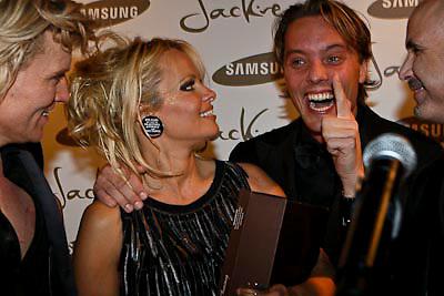 NLD/Amsterdam/20081211 - Miljonairfair 2008, hans klok en Pamela Anderson, Bas Smit op de achtergrond