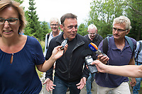 27 AUG 2015, NATIONALPARK HARZ/GERMANY:<br /> Thomas Oppermann (M), SPD Fraktionsvorsitzender, gibt Journalisten ein INterview, waehrend einer Wanderung auf den Broken, ihm Rahmen von Oppermanns Sommerreise<br /> IMAGE: 20150827-01-103
