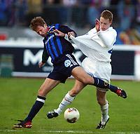 Fotball, 20. april 2002. Tippeligaen, Stabæk v Vålerenga Fotball. Thomas Finstad, Stabæk, mot Kristen Viikmáe, Vålerenga Fotball.