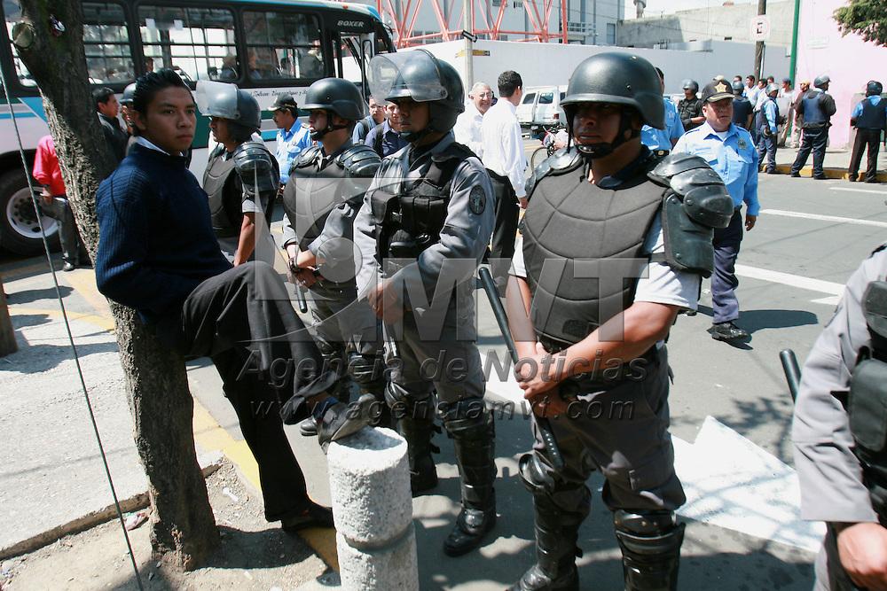 Toluca, Mex.- Granaderos de la policia municipal, retiran los bloqueos colocados por vecinos de la colonia Valle Verde quienes mantivieron bloquedas varias calles en protesta por el cambio del sentido de la circulaci&oacute;n por parte de las autoridades. Agencia MVT / Mario Vazquez de la Torre. (DIGITAL)<br /> <br /> <br /> <br /> <br /> <br /> <br /> <br /> NO ARCHIVAR - NO ARCHIVE