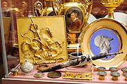 Kunsthandwerk-Museum Francois Duesberg, Vitrine, Mons, Hennegau, Wallonie, Belgien, Europa   Decorative Arts Museum Francois Duesberg, Mons, Hennegau, Wallonie, Belgium, Europe