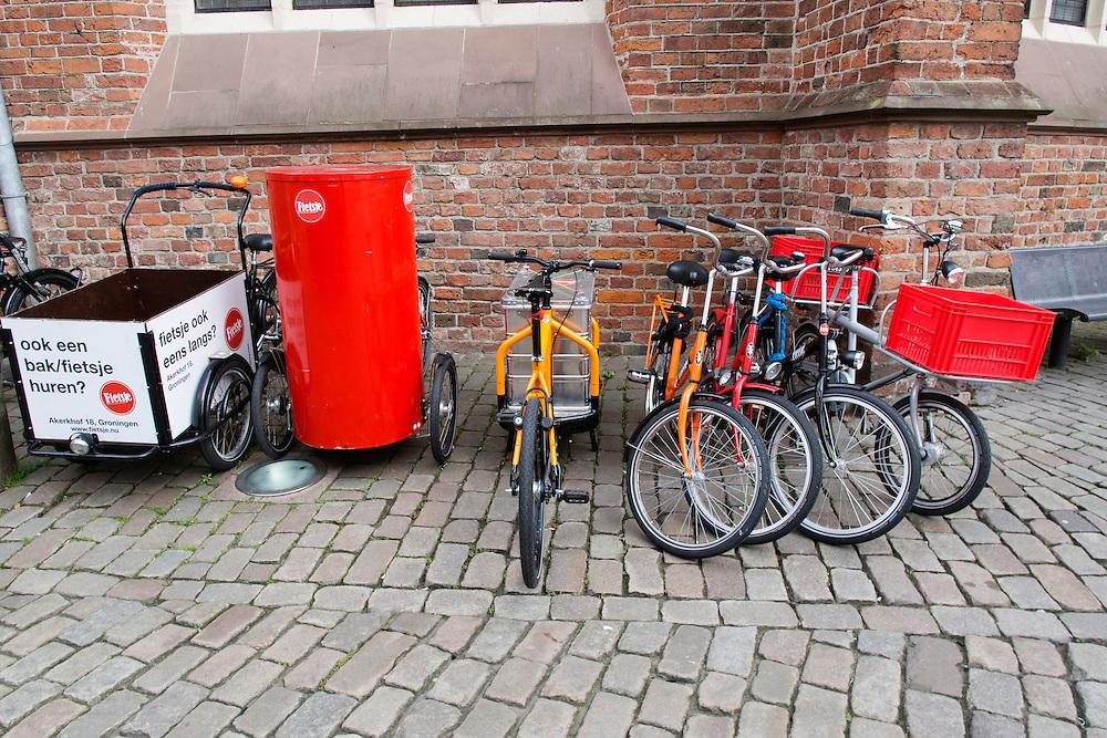 Verschillende fietsen staan opgesteld op de Akerkhof in Groningen.<br /> <br /> All kinds of bikes at the Akerkhof in Groningen.