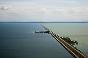 Nederland, Flevoland, IJsselmeer, 14-07-2008; Houtribdijk verbindt Enkhuizen en Lelystad en deelt het IJsselmeer in IJsselmeer en Markermeer; links in het IJsselmeer de werkhaven Trintelhaven ( nu vluchthaven ); .de dijk is oorpronkelijk aangelegd om het Markeermeer in te polderen (Markerwaard), deze inpoldering maakte reeds deel uit van de Zuiderzeewerken; andere namen voor de dijk zijn: Markerwaarddijk, Lelydijk en Dijk Enkhuizen-Lelystad N302; toekomst, algen, licht, leeg, leegte, Lely,empty, emtyness, light;.dike build for future further impolderisation of IJsselmeer (IJssel-lake or former Zuyder Zee) lake;.polder will probaly not be realised. .luchtfoto (toeslag); aerial photo (additional fee required); .foto Siebe Swart / photo Siebe Swart