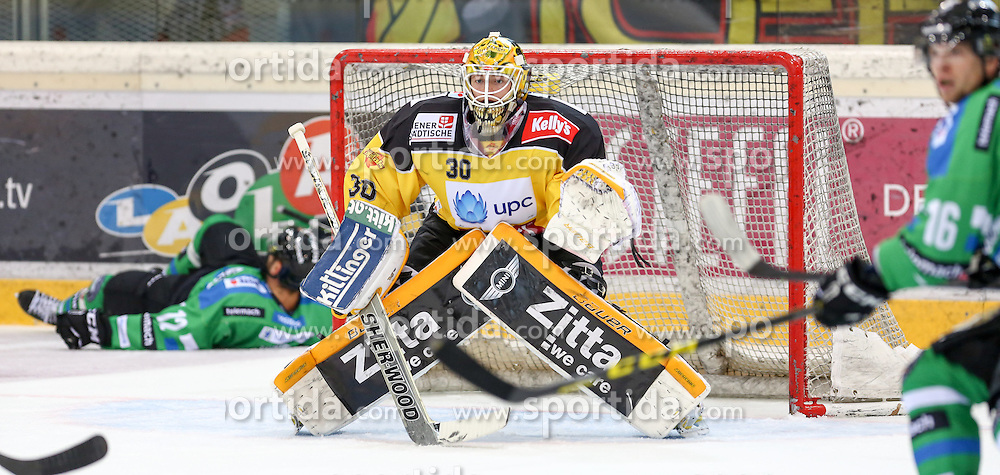 27.09.2015, Albert Schultz Halle, Wien, AUT, EBEL, UPC Vienna Capitals vs HDD TELEMACH Olimpija Ljubljana, 6. Runde, im Bild Guilaume Desbiens (HDD TELEMACH Olimpija Ljubljana) , David Kickert (Vienna Capitals) und Ales Music (HDD TELEMACH Olimpija Ljubljana) // during the Erste Bank Icehockey League 6th round match between UPC Vienna Capitals and HDD TELEMACH Olimpija Ljubljana at the Albert Schultz Halle in Vienna, Austria on 2015/09/27. EXPA Pictures © 2015, PhotoCredit: EXPA/ Alexander Forst