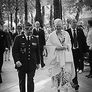 Hendes Kongelige Højhed går værdigt og veloplagt gennem Tivoli for at modtage sin fødselsdagsgave fra garderne i anledning af majestætens 70 års fødselsdag.