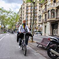 Un hombre en bicicleta en la calle Diagonal de Barcelona.  A man cycling in Diagonal Street. Barcelona, España