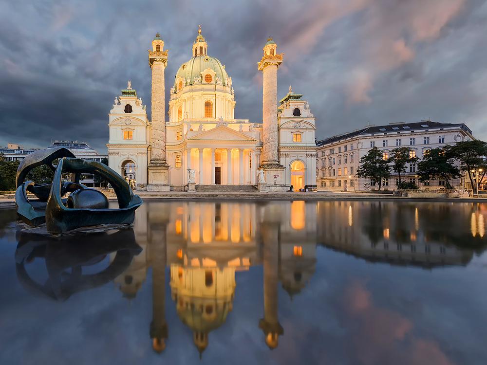 Die Karlskirche in Wien wurde von Kaiser Karl VI. in Auftrag gegeben und ist heute als einer der bedeutendsten barocken Kirchenbauten bekannt. Besonders nachts kommt die Spiegelung im Wasser und die Symmetrie des Gebäudes richtig zur Geltung.