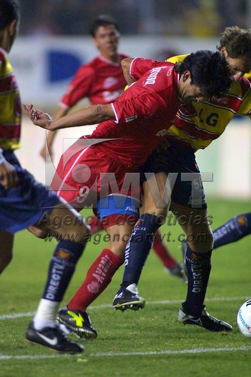 Morelia, Mich.- Jose Cardozo (9) del equipo Toluca disputa el balon con los defensivos del equipo Morelia quien resulto vencedor 1 gol por 0 en el partido de ida de la final del torneo de apertura. Agencia MVT / Mario Vazquez de la Torre