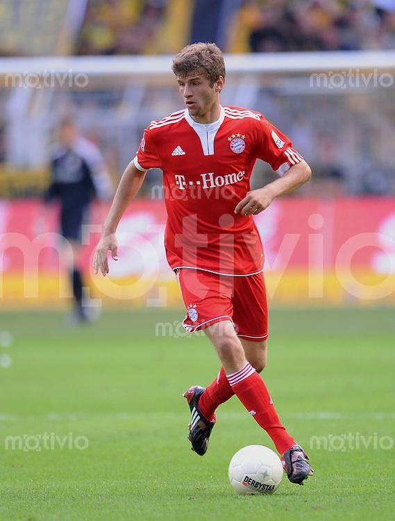 FUSSBALL  1. BUNDESLIGA   SAISON 2009/2010   5. SPIELTAG    12.09.2009 BVB Borussia Dortmund - FC Bayern Muenchen       Thomas Mueller (FCB) am Ball