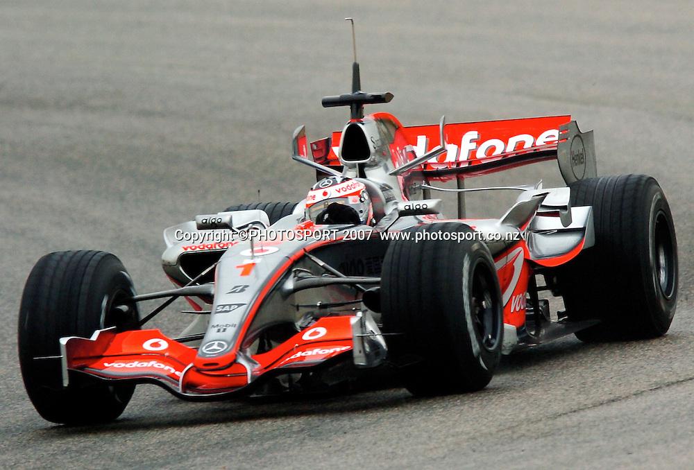 JANUARY 30: Fernando Alonso dring the McLaren Mercedes in action as he begins his Valencia test programme in Spain. - 30. Januar 2007 - 30.01.2007: Formel 1 Testfahrten in Spanien, Valencia  - Circuit Ricardo Tormo - CREDIT PHOTO:  ©ATP / GLENN CAMPBELL