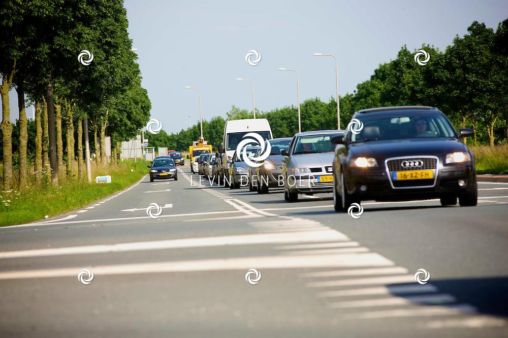 ZALTBOMMEL - Inmiddels is het welbekende Kruispunt bij Tankstation Esso een veel besproken kruispunt ivm de enorme files die tijdens spitsuren ontstaan. Zo erg dat de files tot op de snelweg van de A2 ontstaan. FOTO LEVIN DEN BOER - PERSFOTO.NU