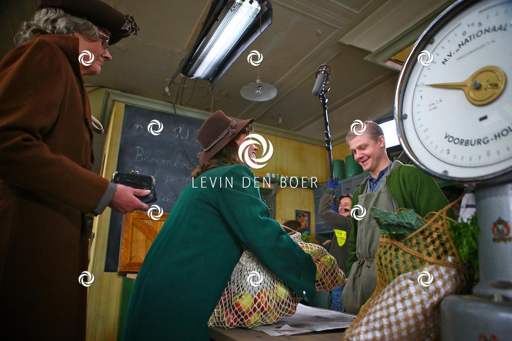 DEN HAAG - In de oude straten van Den Haag zijn ze een nieuwe film aan het opnemen genaamd Sonny Boy naar het boek van Annejet van der Zijl. Met op de foto Micha Hulshof en Ricky Koole. FOTO LEVIN DEN BOER / PERSFOTO.NU