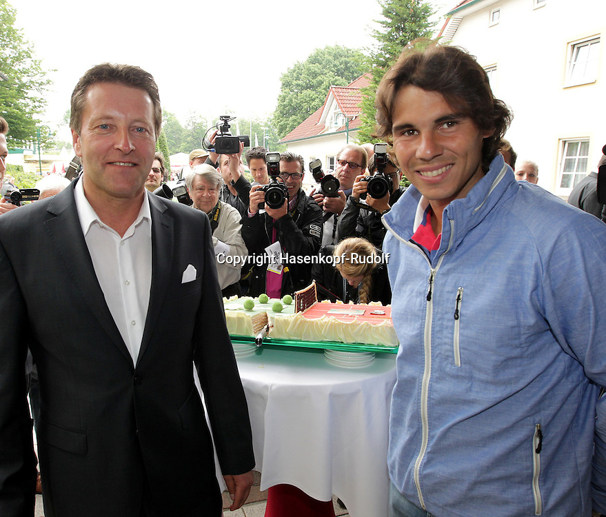 Gerry Weber Open 2012, ATP World Tour, Rasentennis Turnier, International Series,Gerry Weber Stadion, Grasplatz, Halle/Westfalen,..Turnierdirektor Ralf Weber begruesst Rafael Nadal mit einer eine Torte,Halbkoerper,..Querformat,Feature,