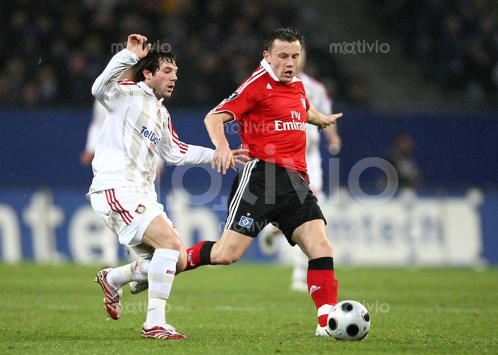 FUSSBALL  INTERNATIONAL  UEEA CUP ACHTELFINALE  SAISON 07/08 Hamburger SV - Bayer 04 Leverkusen                           12.03.2008 Gonzalo CASTRO (li, Leverkusen) gegen Ivica OLIC (re, Hamburg)