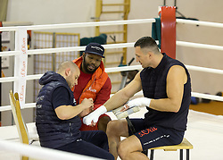 10.11.2015, Stanglwirt, Going, AUT, Wladimir Klitschko, Training, Kampfvorbereitung gegen Tyson Fury (GBR), im Bild v.l. Physiotherapeut Aldo Vetere, Trainer Johnathon Banks, Wladimir Klitschko // f.l. Physiotherapist Aldo Vetere, Trainer Johnathon Banks, Wladimir Klitschko during a training session in front of his Fight against Tyson Fury (GBR) at the Stanglwirt in Going, Austria on 2015/11/10. EXPA Pictures © 2015, PhotoCredit: EXPA/ Johann Groder