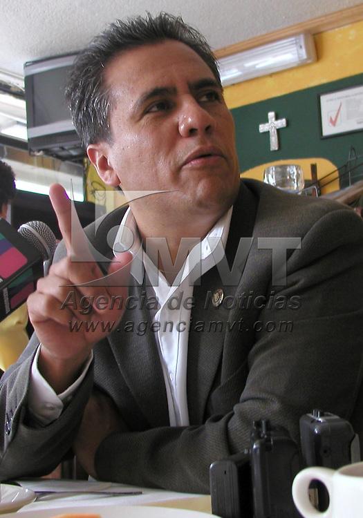 Toluca, M&eacute;x.- El PRD ofreci&oacute; una conferencia de prensa para dar a conocer su postura ante el II informe de gobierno de Arturo Montiel, en la gr&aacute;fica aparece Arturo Hern&aacute;ndez Tapia, presidente de la fracci&oacute;n parlamentaria en la legislatura local. Agencia MVT / Arturo Rosales Ch&aacute;vez. (DIGITAL)<br /> <br /> NO ARCHIVAR - NO ARCHIVE
