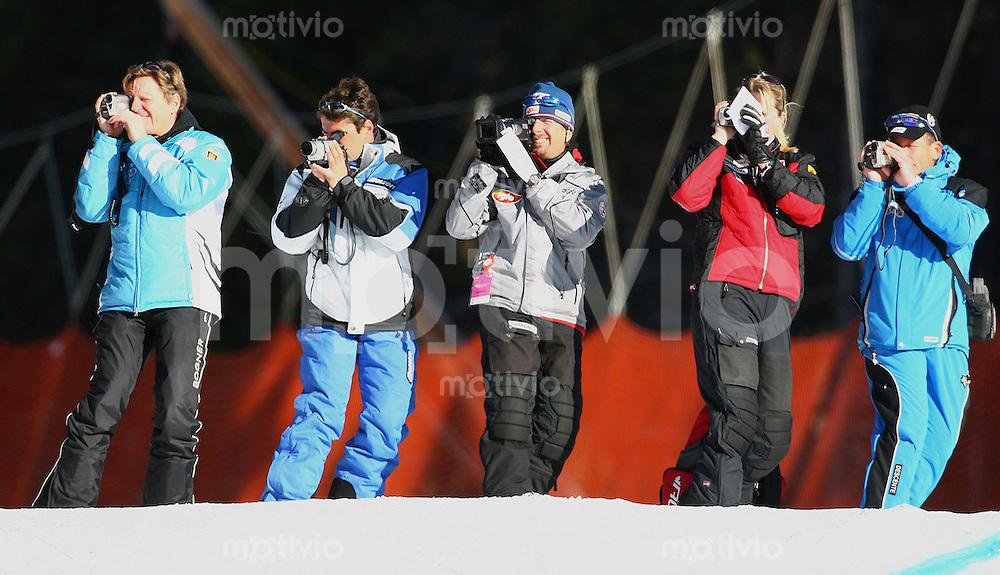 Ski Alpin; Saison 2005/2006 Abfahrt Herren Training Feature, Hobby Filmer, Ski-Trainer bei der Arbeit, filmen die Ski-Abfahrt, Schmuckbild, DSV Cheftrainer Werner Margreiter (li)