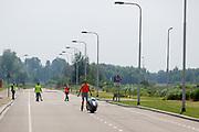 Voor het eerst rijdt de VeloX geheel zelfstandig. Op een weg in Delft worden de eerste meters afgelegd met de nieuwe recordfiets, de VeloX 8. In september wil het Human Power Team Delft en Amsterdam, dat bestaat uit studenten van de TU Delft en de VU Amsterdam, tijdens de World Human Powered Speed Challenge in Nevada een poging doen het wereldrecord snelfietsen voor vrouwen te verbreken met de VeloX 8, een gestroomlijnde ligfiets. Het record is met 121,81 km/h sinds 2010 in handen van de Francaise Barbara Buatois. De Canadees Todd Reichert is de snelste man met 144,17 km/h sinds 2016.<br /> <br /> At a road in Delft the team tests the VeloX 8 for the first time. With the VeloX 8, a special recumbent bike, the Human Power Team Delft and Amsterdam, consisting of students of the TU Delft and the VU Amsterdam, also wants to set a new woman's world record cycling in September at the World Human Powered Speed Challenge in Nevada. The current speed record is 121,81 km/h, set in 2010 by Barbara Buatois. The fastest man is Todd Reichert with 144,17 km/h.