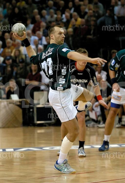 Handball Herren, 1.Bundesliga 2004/2005 Campushalle (Germany) SG Flensburg/Handewitt - FrischAuf! Goeppingen (31:28) Aleksandar Knezevic (FAG) bei Siebenmeter