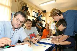 A candidata ao governo do Rio Grande do Sul pelo PSDB, Yeda Crusius acena após votar na escola Leopoldo Tietbol, na zona 113, se?ção 89, em Porto Alegre. Segundo a pesquisa do Ibope divugada ontem,Yeda tem 49% das intenções de votos totais (55% dos válidos) contra 40% de Olívio (45% dos válidos). FOTO: Jefferson Bernardes/Preview.com